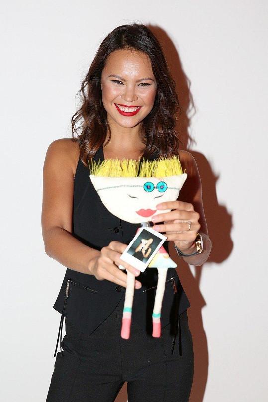 Monika Leová ozdobila panenku na dražbu.