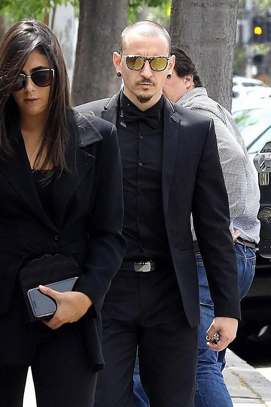 Chester Bennington na pohřbu Chrise Cornella