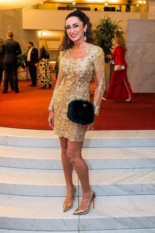 Sisa Sklovska oblékla zlaté šaty.