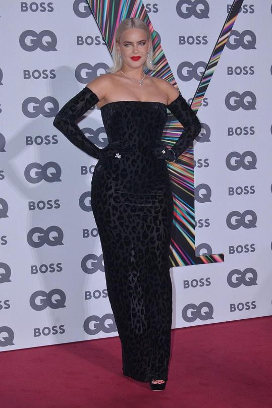 Zpěvačka Anne-Marie dorazila v sexy leopardích šatech.