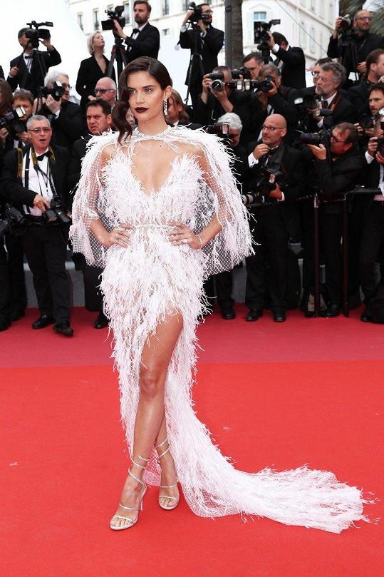 Sara Sampaio vypadala jako labutí mládě.