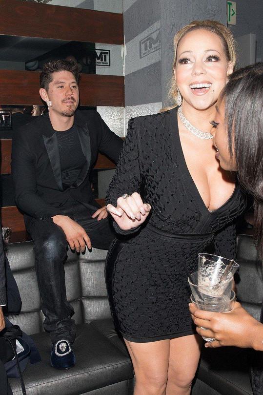 V nočním klubu The Reserve v Los Angeles Mariah Carey doslova zářila. Mohly za to diamanty, nebo její pohledný milenec?