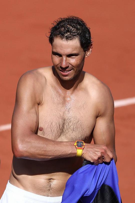 Sám svým hodinkám živoucí reklamou. Rafael Nadal hraje na French Open s hodinkami ze své vlastní kolekce.
