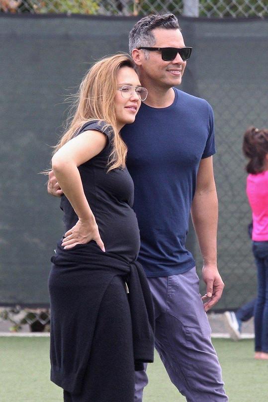 Alba s manželem Cash Warrenem vychovávají už tři děti, syna Hayese a dcery Honor a Heaven.