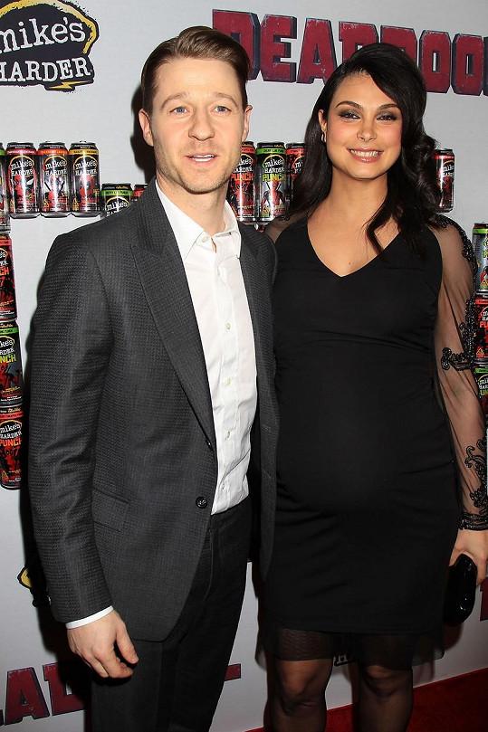 Morena Baccarin s Benem McKenziem, s nímž čeká dítě.
