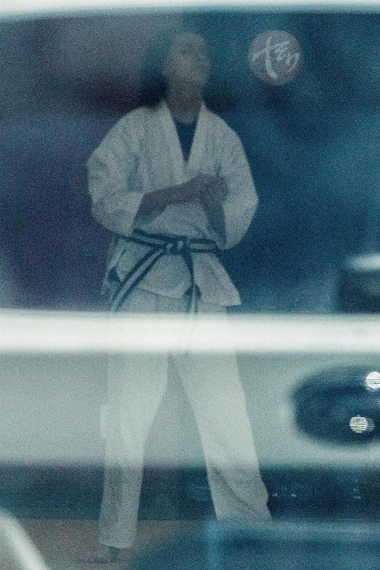 Prý je v karate dobrý.