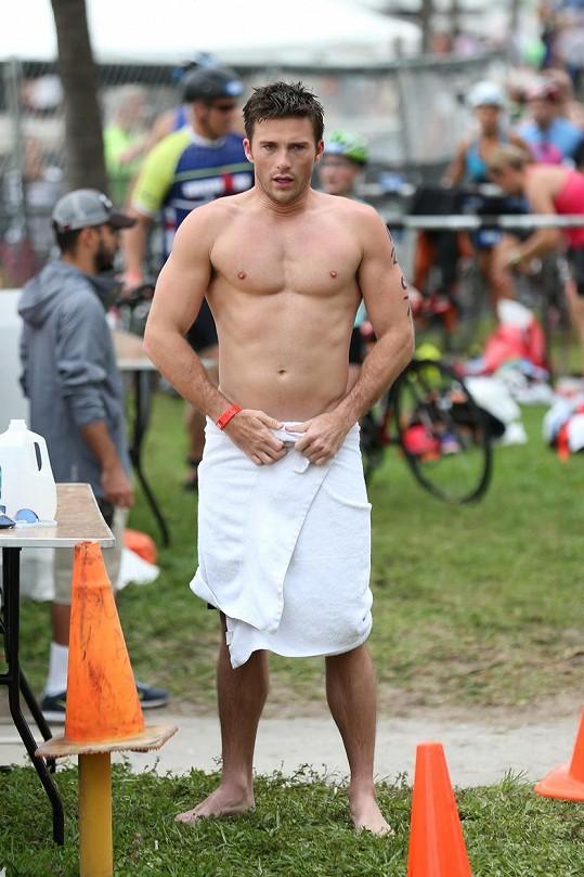 Scott Eastwood se zúčastnil charitativního triatlonu.