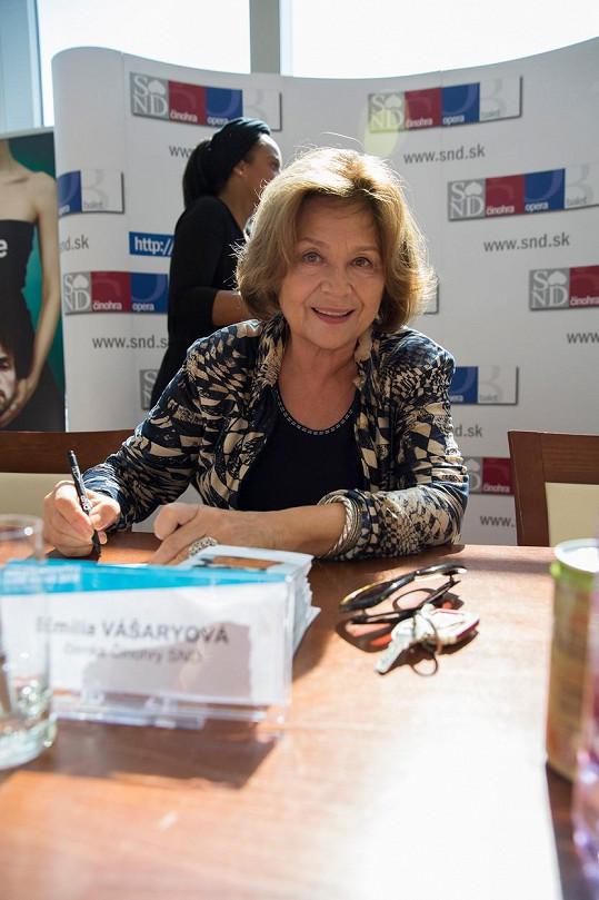 Na autogramiádě ochotně rozdávala podpisy.