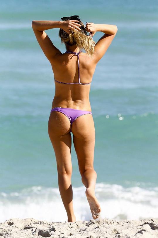 Anastasia Ashley si užívá chvilek volna na pláži v Miami.