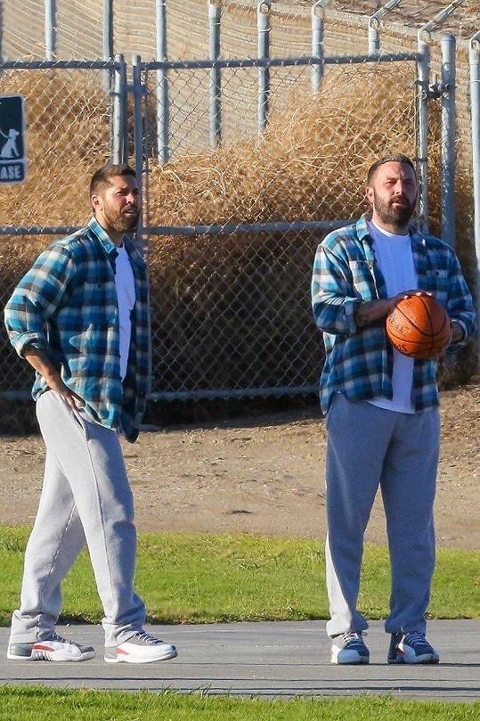Na basketbalovou scénu ve filmu Torrance měl dvojníka i Ben Affleck (vpravo).