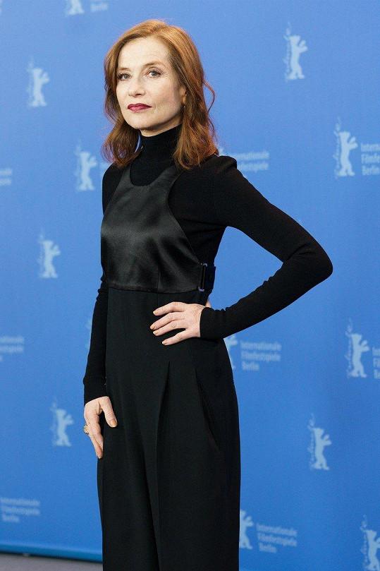 Na tiskové konferenci se Isabelle předvedla v černých šatech.