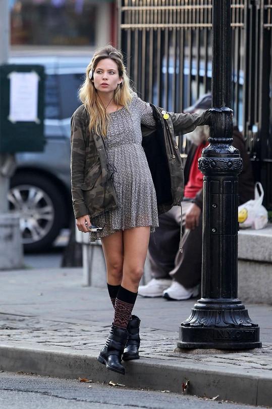 Momentálně natáčí film Transference 2 v New Yorku.
