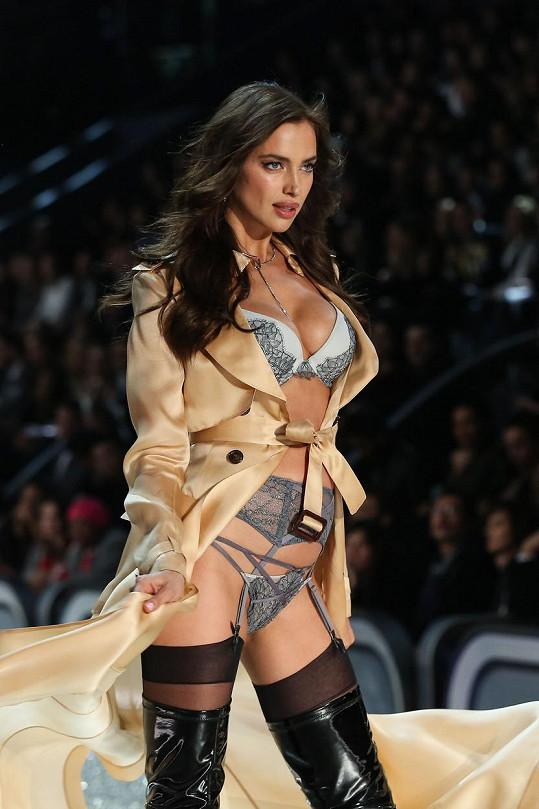 Irina Shayk ukázala ve spodním prádle oblé bříško.