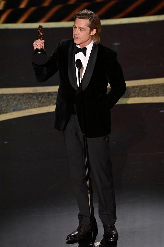 Oblek z dílny Brioni měl na sobě i při přebírání svého prvního Oscara.