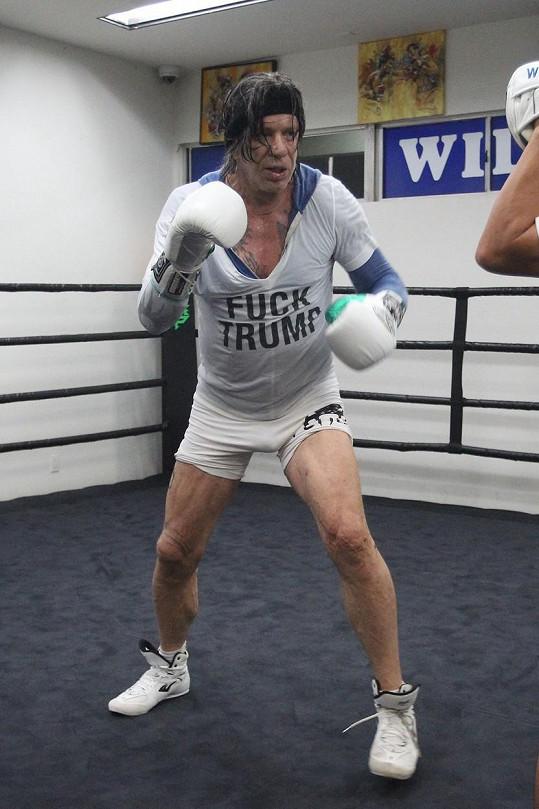 Mickey Rourke trénoval v tričku s jasným vzkazem.
