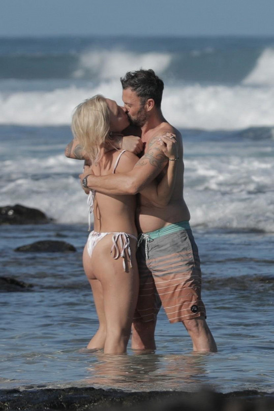 Na havajské pláži byli jako dvě hrdličky.