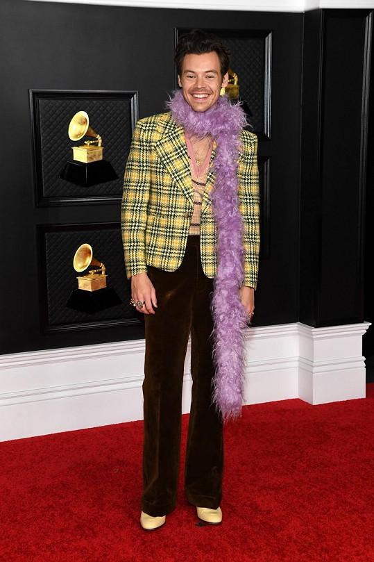 Harry Styles na červeném koberci předávání cen Grammy 2021