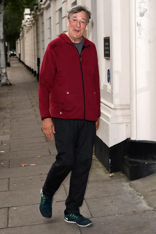 Stephen Fry díky pravidelným procházkám zhubnul 38 kilo.