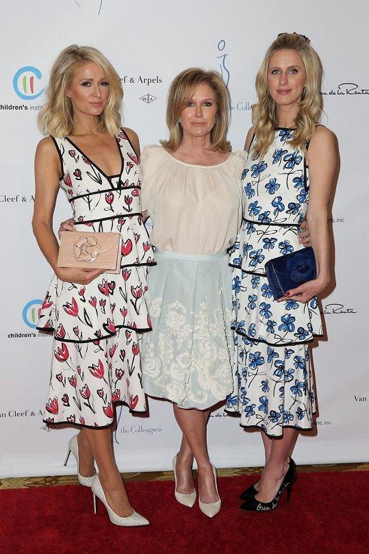 Hilton doprovodila sestra Nicky a matka Kathy