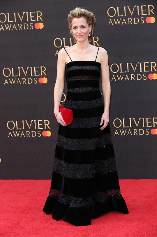 Gillian Anderson na udílení Olivier Awards v Londýně.