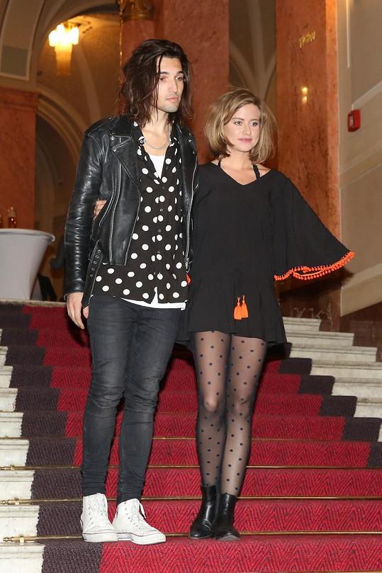Jordan a Emma vypadají jako kámošky, které si půjčují oblečení.