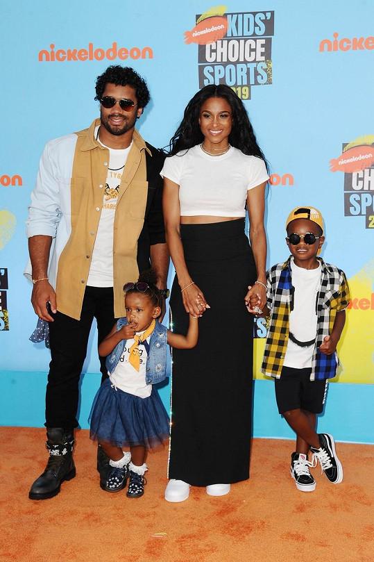 S manželem, jejich dcerou Siennou a zpěvaččiným synem Futurem.
