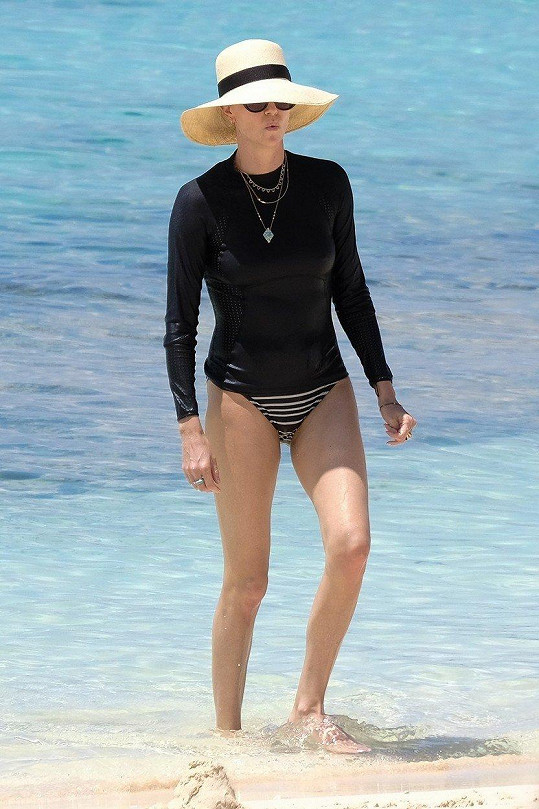 Na Bahamách ukázala jen nohy.