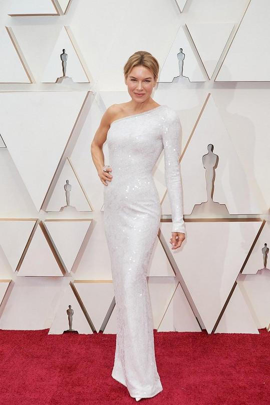 Pro sošku Oscara si Renée Zellweger přišla ve flitry posetých šatech Armani v asymetrickém řešení.