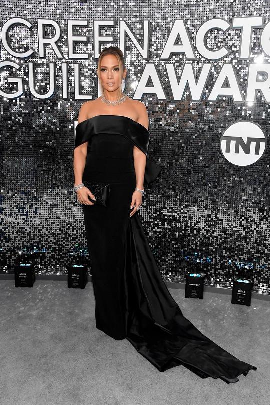 Jennifer Lopez zvolila tentokrát umírněnější model, ale i tak byla ozdobou...