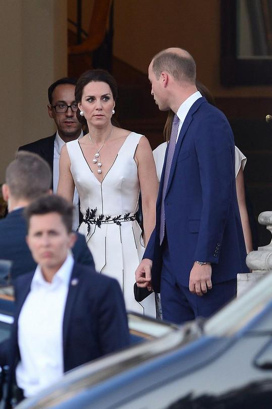 Kate a William ve Varšavě dodatečně oslavili narozeniny královny Alžběty II.