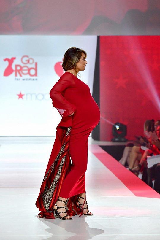 Ginger Zee ve čtvrtek podpořila charitativní akci a ve vysokém stupni těhotenství šla módní přehlídku.