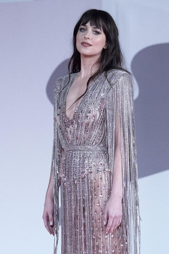 Dakota Johnson zvolila odvážný model.