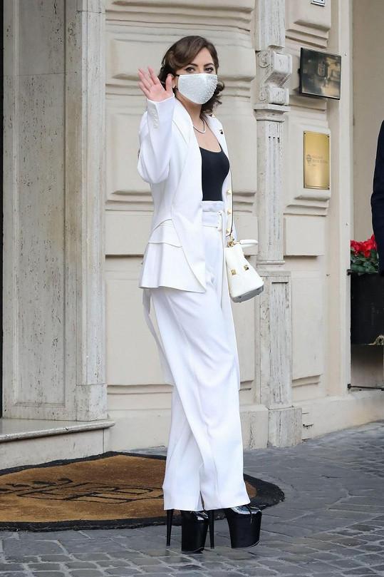 Bez vysokých bot má Lady Gaga jen 155 centimetrů.