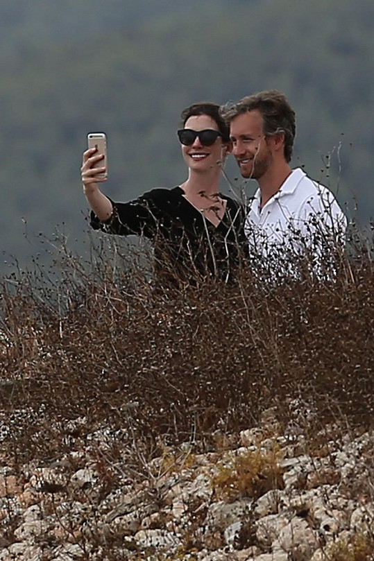 Na dovolené si neustále pořizovali selfie.