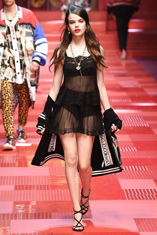 Sonia Ben Ammar mezi mužskými kolegy na milánském Men's Fashion Weeku