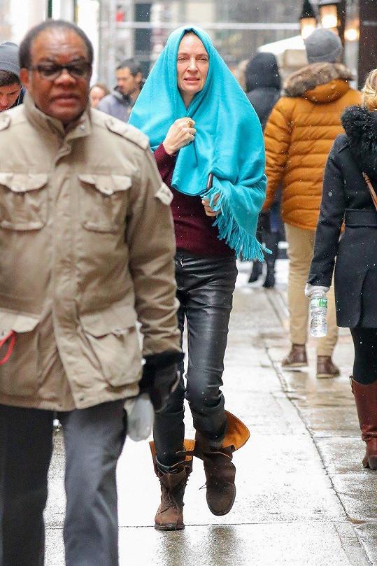 Herečka Uma Thurman (47) se deště rozhodně nebojí.