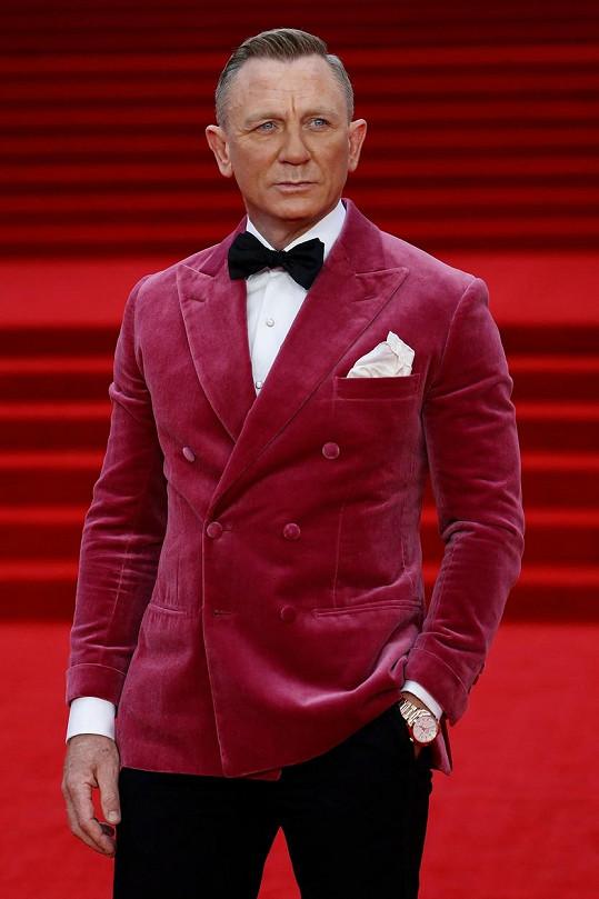 Daniel Craig vsadil na zbarvený samet.