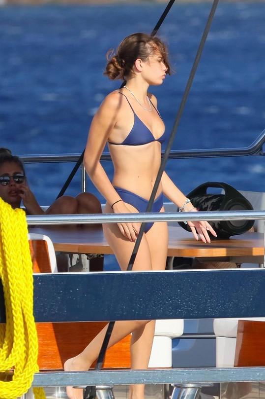 Modelka Hana Cross se ukázala v bikinách.
