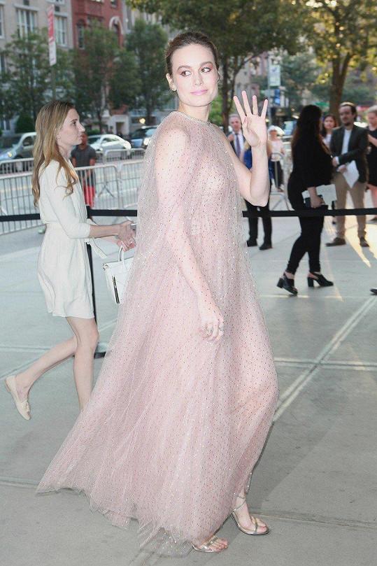 Oblékla se do záclony?