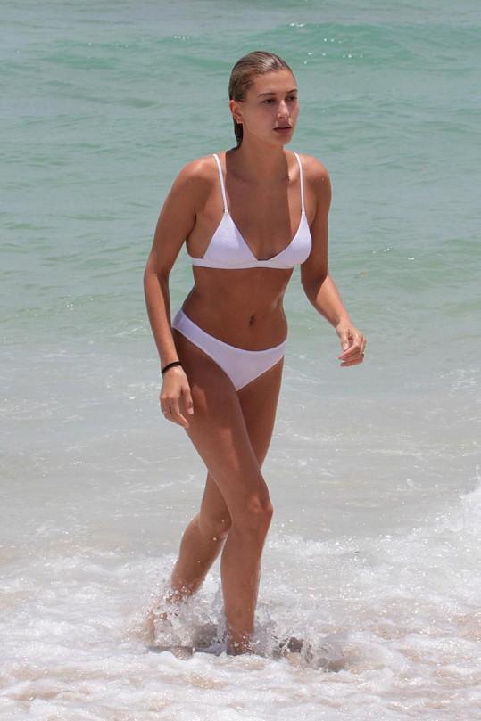 Hailey Baldwin zvolila bílou barvu.