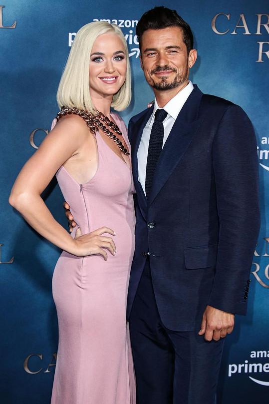Na premiéru herce doprovodila i snoubenka Katy Perry.