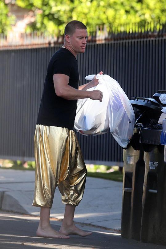 Jeho kalhoty zářily už na dálku.