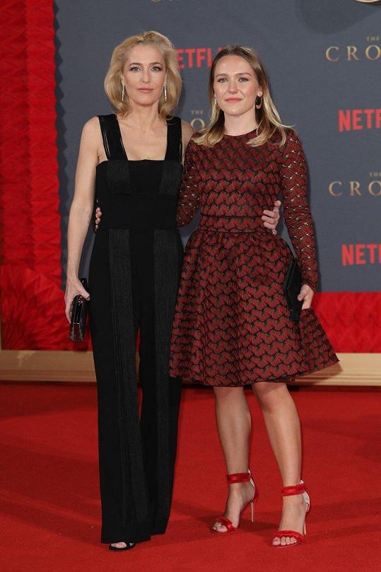 Gillian Anderson s dcerou Piper na premiéře druhé řady seriálu The Crown
