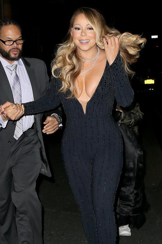 Mariah Carey zamířila s bodyguardem na společenskou akci.