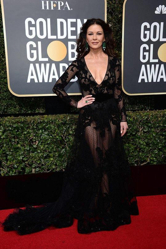 Herečka Catherine Zeta-Jones zazářila v průsvitných krajkových šatech Zuhair Murad s hlubokým výstřihem.