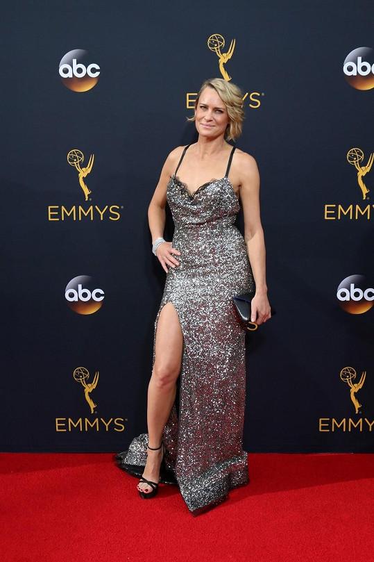 Na Emmy Awards zvolila róbu z dílny Reem Acra.