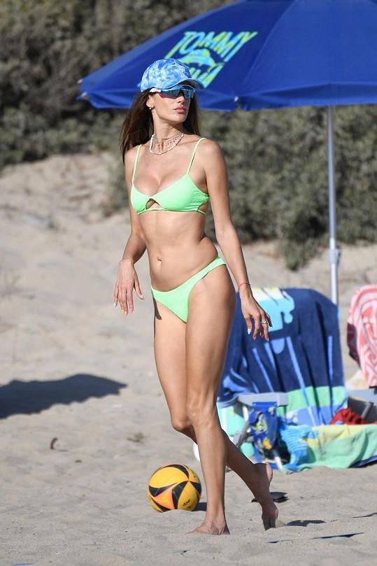 Alessandra Ambrosio se chodí na pláž opalovat...