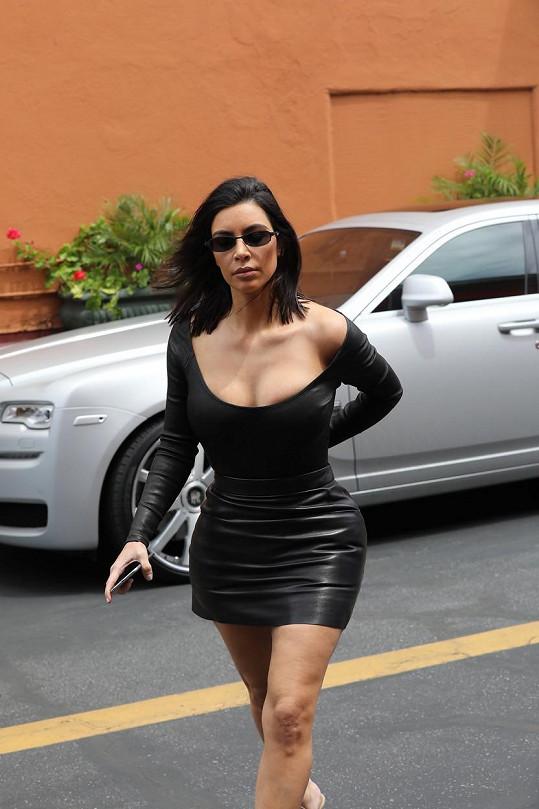 Kim Kardashian se už neprezentuje zadkem, ale poprsím.