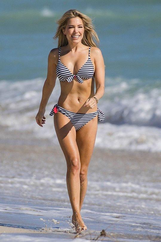 I ve svých 39 letech má postavu, která dokáže plavky prodat.