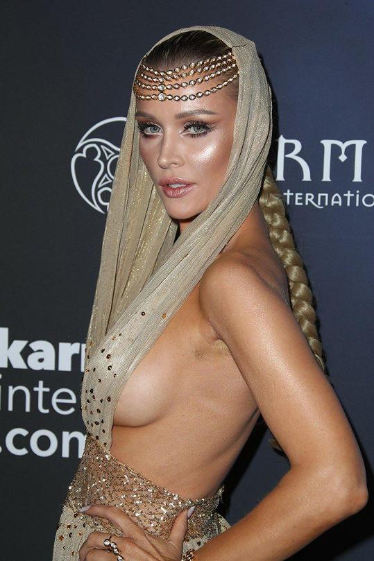 Na večírku magazínu Maxim jí při pózování málem ze šatů vyklouzlo ňadro.